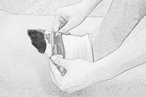 1. 先將襪體套入腳趾的部位做定位