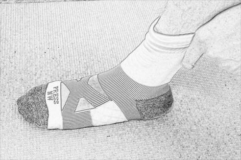 2. 將襪體往腳後跟拉, 套住腳後跟部位
